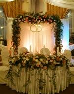 свадебный зал украшают