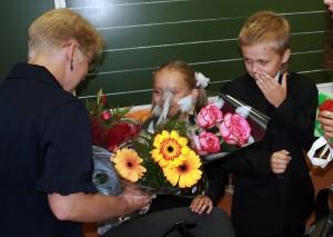 ученики дарят цветы своему учителю