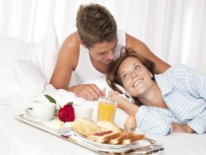 завтрак женщине в постель в День святого Валентина