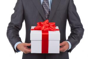 что надо учесть выбирая шефу подарок