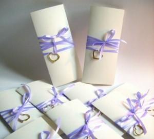 украшаем приглашение на свадьбу лентой и сердечками