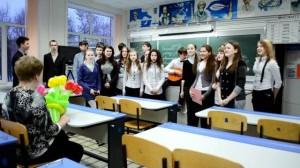 ученики читают стихи для своей учительницы на день рождения