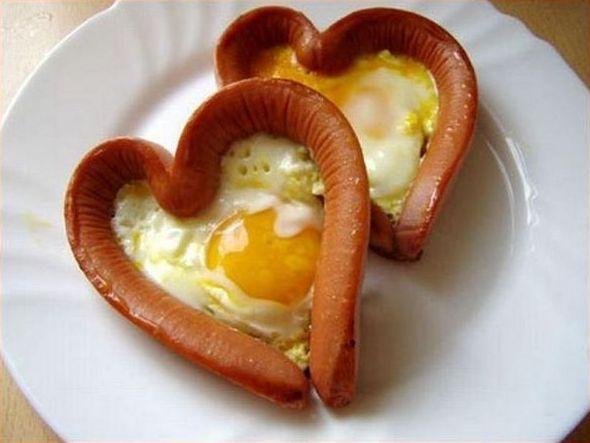 рецепт яичницы в сосисках на День всех влюбленных