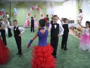 дети танцуют вальс на выпускном в садике