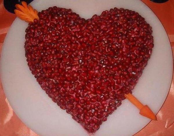 Салат в форме сердца с гранатами