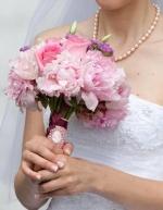 свадебный букет из пионов и роз