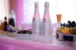 пара бутылок шампанского для молодоженов