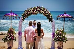 использование ткани и цветов для изготовления арки на свадьбу