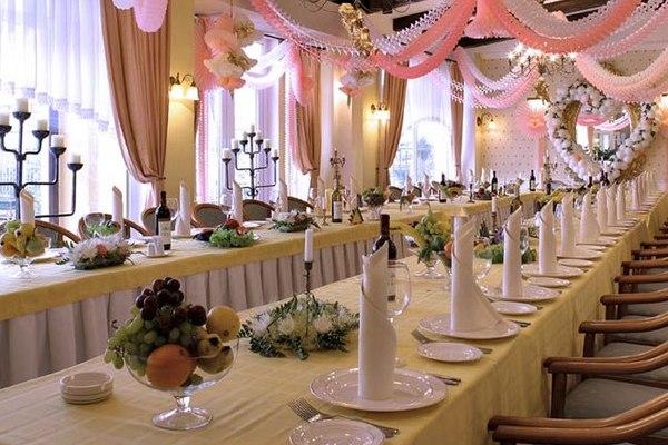 два параллельно стоящих стола на свадьбе для гостей