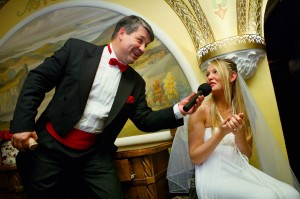 ведущий задает вопросы невесте
