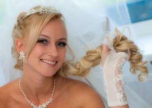 свадебные прически с фатой и косами