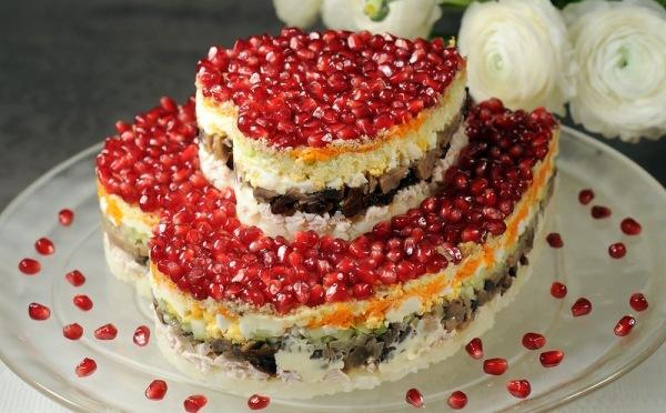 салат украшенный зернами граната