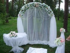арка свадебная из живых или искусственных цветов и ткани