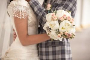 букет невесты из пионов белого цвета