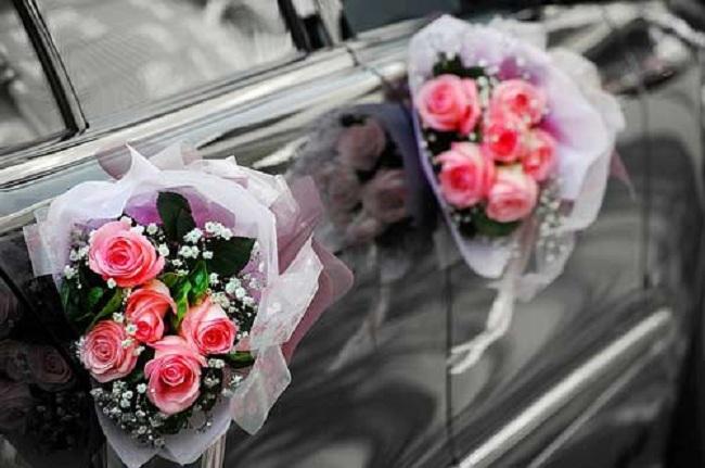украшение ручек автомобиля жениха и невесты живыми цветами