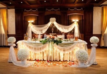 украшаем стол молодоженов на свадьбе
