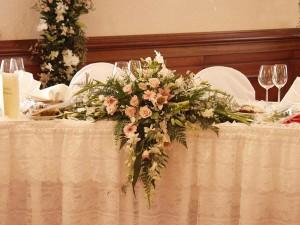 оформляем стол молодых с помощью живых цветов