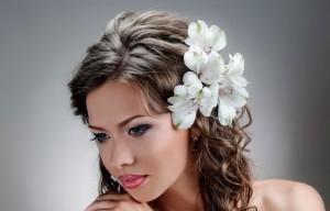 украшение свадебной прически с помощью цветов