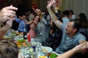 гости поют песни за столом