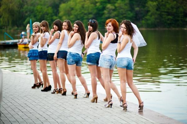 все на девичнике только в джинсовой одежде
