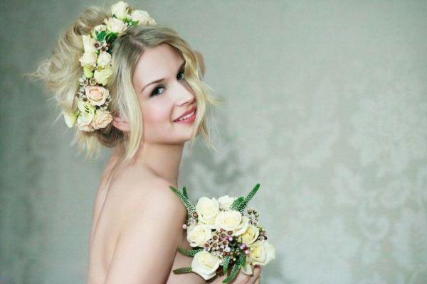 свадебная прическа с искусственными цветами