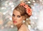 прически на свадьбу с цветами