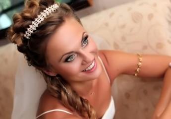 прически невесте на свадьбу с диадемой