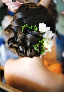цветы в укладке невесты с волосами средней длины