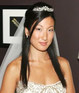 просто прямые волосы у невесты с фатой