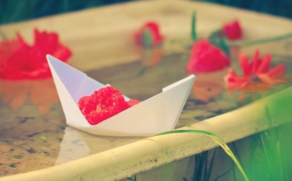 ванная с бумажными корабликами