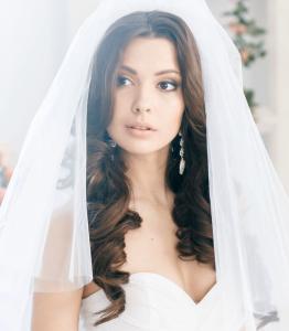 крупные локоны невесты с фатой