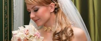 прически свадебные невесте на длинные волосы с фатой