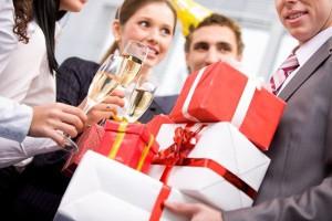 что подарить мужчине коллеге на день его рождения