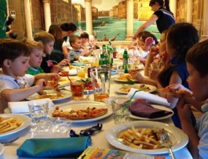 дети рассаживаются за столом