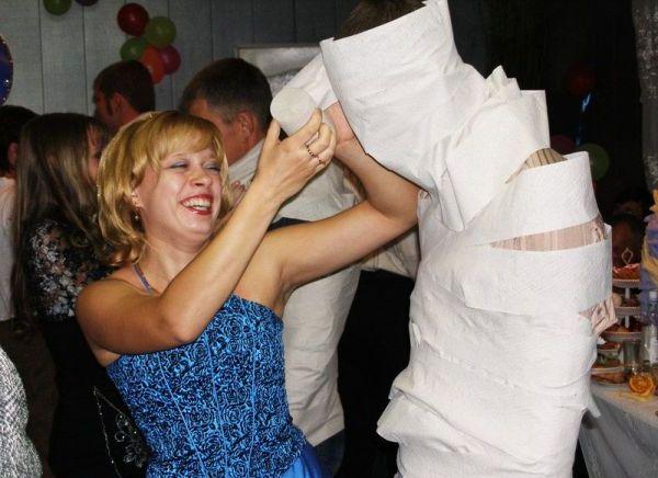 мумия из туалетной бумаги - конкурс для гостей