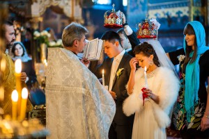 свечи в руках на венчании