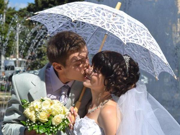 зонтик как аксессуар для свадебной фотосессии
