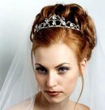 прически на свадьбу с диадемой