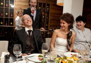 прикольные конкурсы на свадьбу за столом