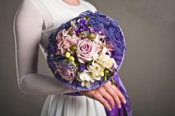 необычные сочетания в букете невесты из роз