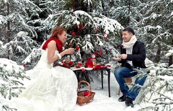 молодожены пьют чай во время свадебной фотосессии