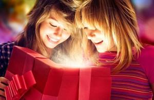 что можно подарить на праздник новый год подруге