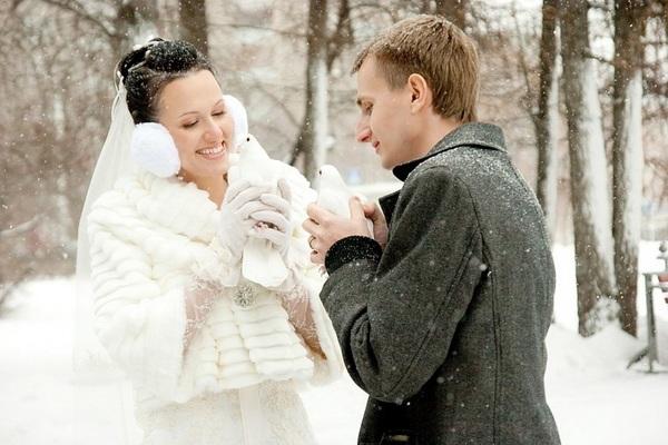 свадебная фотосъемка с голубями на снегу