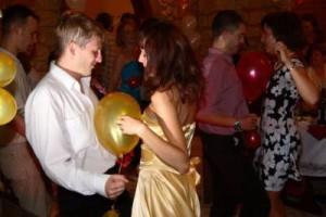 конкурс на танцы с шариками между животами