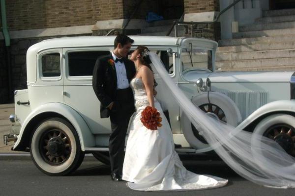 смелое решение красный букет на свадьбу