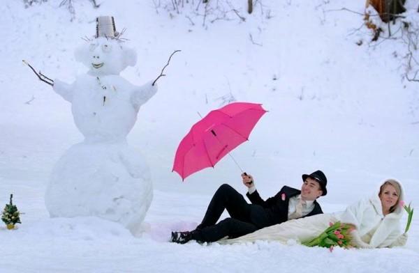 слепит снеговика на свадебной фотосессии