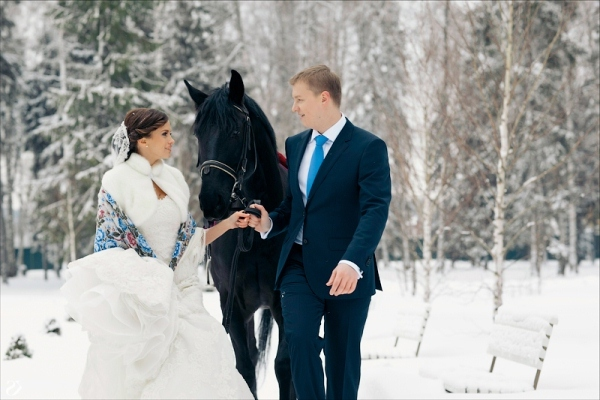 невеста зимой фотографируется на коне