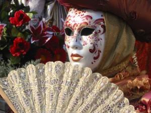 маг выступает с фокусами во время новогоднего бал-маскарада