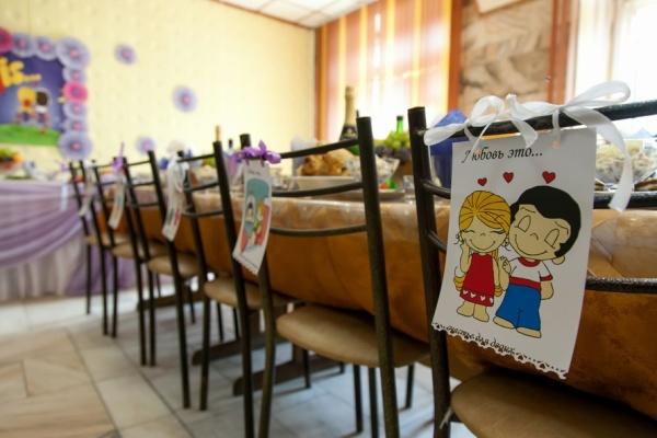 как украсить стол на свадьбу в стиле love is