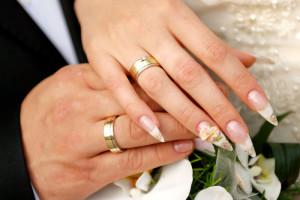 фото кольцо на руке обручальное